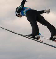 Japanska backhopparen Yukiya Sato i luften. JOHANNA LUNDBERG / BILDBYRÅN