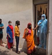 New Delhi. Folk köar för vaccin i den hårt drabbade staden.  Manish Swarup / TT NYHETSBYRÅN