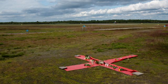 Ett kors på marken intill fallskärmsklubben i Umeå efter flygolycka där nio personer omkom. Erik Abel/TT / TT NYHETSBYRÅN