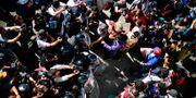 Arkivbild. Migranter stoppas av polis vid gränsen mellan USA och Mexiko, 25/11. PEDRO PARDO / AFP