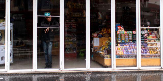 Butiker har tvingats att hålla stängt på grund av avbrottet. Tomas F. Cuesta / TT NYHETSBYRÅN