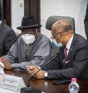 Jean-Claude Kassi Brou till höger på bild i samtal med Nigerias förra president Goodluck Jonathan  vid ett tidigare ECOWAS-möte om Mali.  TT NYHETSBYRÅN