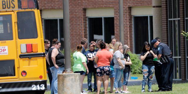 Elever kontrolleras innan de får gå tillbaka till sin Gymnasieskolan i Santa Fe för att hämta sina tillhörigheter. David J. Phillip / TT / NTB Scanpix