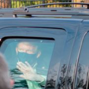 President Donald Trump drives past supporters gathered outside Walter Reed National Military Medical Center in Bethesda, Md., Sunday, Oct. 4, 2020. Trump was admitted to the hospital after contracting COVID-19. Anthony Peltier / TT NYHETSBYRÅN