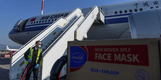 Ansiktsmasker lastas av ett Air China-plan i Aten. ARIS MESSINIS / TT NYHETSBYRÅN