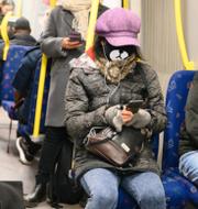 Kristoffer Tamsons, moderat trafikborgarråd i Stockholm och resenärer med munskydd på tunnelbanan.  TT
