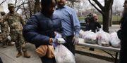 New Rochelle New York. Nationalgardet delar ut mat till människor i området, som är delstatens största källa av coronasmittade.  SPENCER PLATT / TT NYHETSBYRÅN