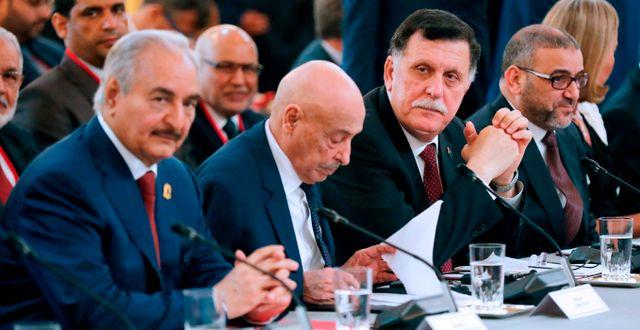 Khalifa Haftar (längst till vänster), Fayez al-Sarraj som leder enhetsregeringen (tredje från vänster). ETIENNE LAURENT / POOL