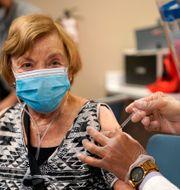 Floridabon Joan Handelsman vaccineras mot covid-19. Lynne Sladky / TT NYHETSBYRÅN