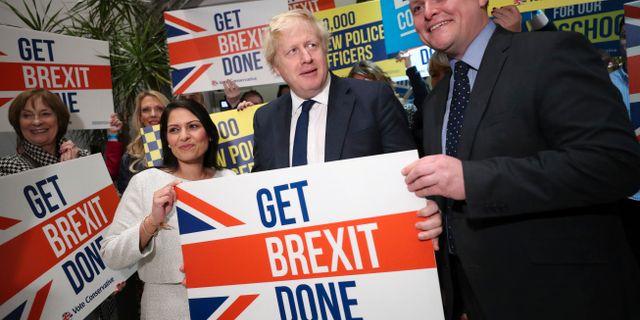 """Boris Johnson håller upp ett plakat med texten """"Få brexit gjort"""". Hannah McKay / TT NYHETSBYRÅN"""