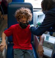 En 12-åring i Kalifornien får vaccin. Jae C. Hong / TT NYHETSBYRÅN