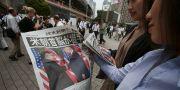 Arkivbild. Invånare i Tokyo i Japan läser tidning om mötet mellan Trump och Kim Jong-Un i juni förra året.  Koji Sasahara / TT NYHETSBYRÅN/ NTB Scanpix