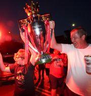 Liverpoolsupportrar firar utanför Anfield. Jon Super / TT NYHETSBYRÅN
