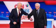 Joe Biden och Bernie Sanders hälsar med armbågen inför debatten. KEVIN LAMARQUE / TT NYHETSBYRÅN