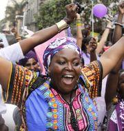 Kvinnor från Kenya, Uganda, Tanzania, Rwanda och Burundi i en demonstration frö kvinnors rättigheter i Naorobi, Kenya. TT