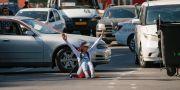 En demonstrant sitter i en korsning. GLEB GARANICH / TT NYHETSBYRÅN