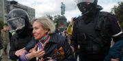 En kvinna grips under demonstrationerna i Moskva. Pavel Golovkin / TT NYHETSBYRÅN/ NTB Scanpix