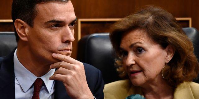 Pedro Sánchez och Carmen Calvo.  OSCAR DEL POZO / AFP