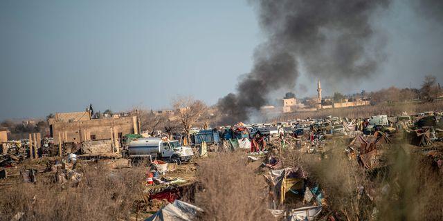 Rök stiger från ett IS-läget när Baghuz. BULENT KILIC / AFP