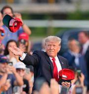 Donald Trump kastar kepsar till anhängarna. Tony Dejak / TT NYHETSBYRÅN