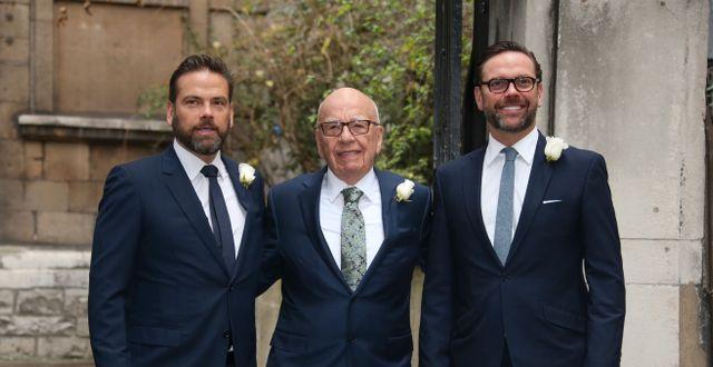 Rupert Murdoch med de två sönerna Lachlan (vänster) och James (höger). Joel Ryan / TT NYHETSBYRÅN