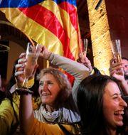 Människor skålar på en valvaka i Barcelona Albert Gea / TT NYHETSBYRÅN