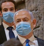 Netanyahu på väg in i landets parlament Knesset på söndagen. TT NYHETSBYRÅN