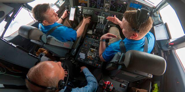 Bild från Boeing. Dennis Muilenburg flyger med testpiloter i en 737 Max 7.  PAUL WEATHERMAN / BOEING