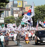 Anhängare till tidigare presidenten Park Geun-Hye, som fällts i korruptionshärvan, marscherar i Seoul och kräver att hon släpps fri.  Lee Jin-man / TT NYHETSBYRÅN