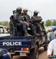 Poliser samlade vid protester mot gripandena.  TT NYHETSBYRÅN