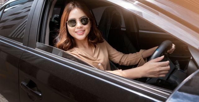Unga kvinnor i storstaden gillar privatleasing.  Shutterstock