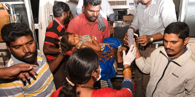En flicka förs till sjukhus efter larmet förra veckan. Madhusudhan Sr / TT NYHETSBYRÅN
