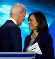 Arkivbild: Tidigare vicepresident Joe Biden och senatorn Kamala Harris talas vid i samband med en debatt hösten 2019.  Mike Blake / TT NYHETSBYRÅN