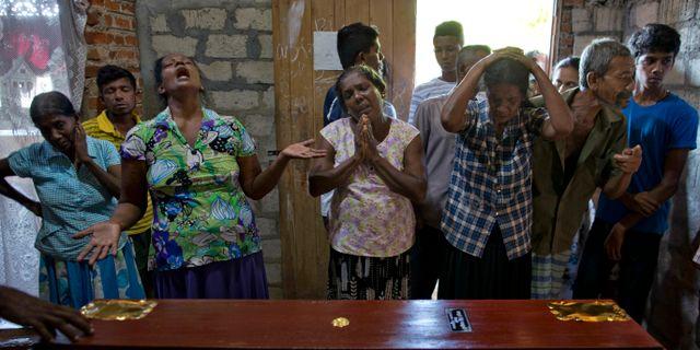 Släktingar sörjer tolvåriga Sneha Savindis död. Gemunu Amarasinghe / TT NYHETSBYRÅN/ NTB Scanpix
