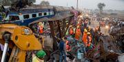 Räddningsarbetare letar efter överlevande efter tågolyckan i Indien. Rajesh Kumar Singh / TT / NTB Scanpix