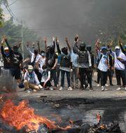 Demonstranter i Myanmar. TT NYHETSBYRÅN