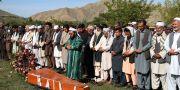 Vänner och kollegor till den avlidne AFP-journalisten Shah Marai ber vid hans kista.  Rahmat Gul / TT NYHETSBYRÅN