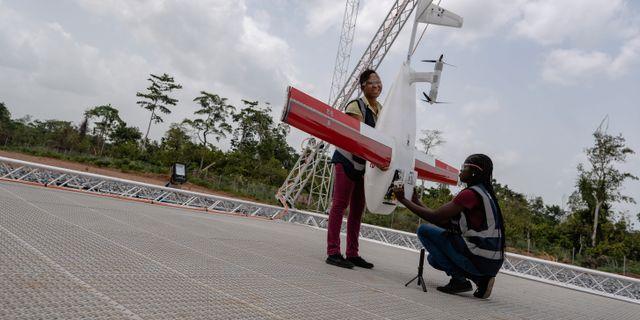 Anställda packar en drönare med medicin. HANDOUT / TT NYHETSBYRÅN
