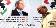 En man framför en affisch på Egyptens president t Abdel Fattah al-Sisi. MOHAMED ABD EL GHANY / TT NYHETSBYRÅN