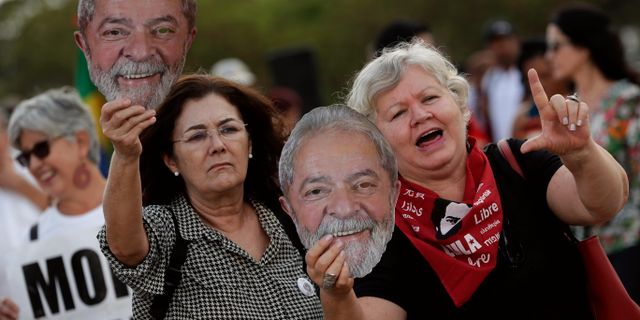 Supportrar till tidigare presidenten Luiz Inacio Lula da Silva. Eraldo Peres / TT NYHETSBYRÅN