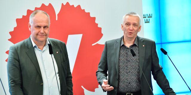 Vänsterpartiets ledare Jonas Sjöstedt och partiets energipolitiske talesperson Birger Lahti under pressträffen i riksdagen. Jonas Ekströmer/TT