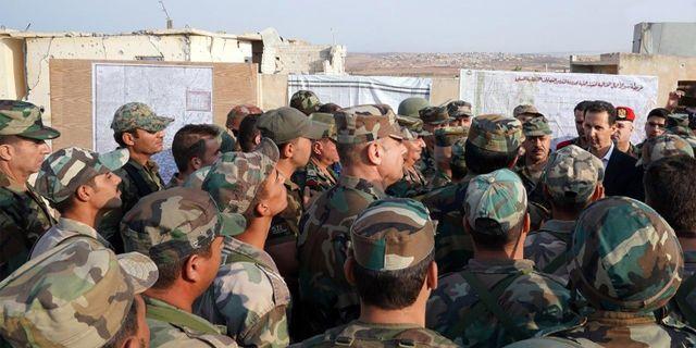 Bashar al-Assad, uppe till höger i bild, träffar soldater i Idlib. - / Syrian Presidency Facebook page
