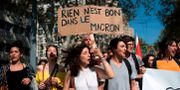 "Demonstranter i Marseille. På plakatet står det ""Inget är bra med Macron"".  BERTRAND LANGLOIS / AFP"