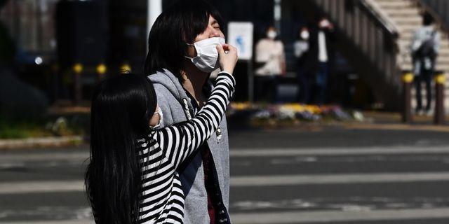 Illustrationsbild: Ett par med ansiktsmasker i Tokyo.  CHARLY TRIBALLEAU / TT NYHETSBYRÅN