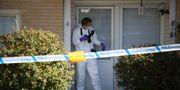 Polistekniker på plats där tre personer, en kvinna och två barn har hittats döda i en lägenhet i Västra Frölunda i Göteborg. Adam Ihse/TT / TT NYHETSBYRÅN