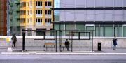 Social distansering mellan människor som väntar på bussen i Solna centrum. Illustrationsbild. Janerik Henriksson/TT / TT NYHETSBYRÅN