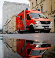Ambulans utanför sjukhuset där Navalny vårdas. Markus Schreiber / TT NYHETSBYRÅN
