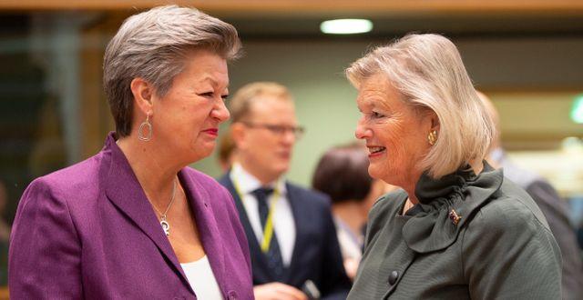 Ylva Johansson i samtal med den nederländska ministern Ankie Broekers-Knol.   Virginia Mayo / TT NYHETSBYRÅN
