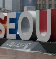 En skylt i Sydkoreas huvudstad Seoul.  Lee Jin-man / TT NYHETSBYRÅN