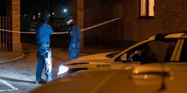 Polisens har spärrat av på Segevång i Malmö med anledning av att en man hittats skjuten till döds.  Johan Nilsson/TT / TT NYHETSBYRÅN